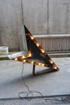 Vintage lighted double sided arrow sign from a car dealership - US Import
